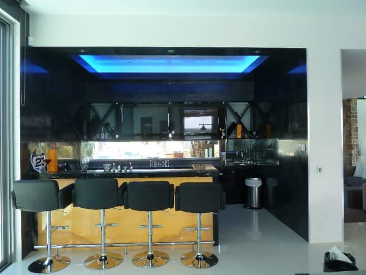 black venetian plaster bar with yellow onyx, white polished plaster ceiling and decorative paint